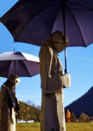 0779 Holzskulpturen von Andreas Hofer am und im Dorfseeli Davos